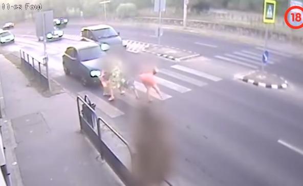 Döbbenetes videón gázolnak el négy embert a zebrán