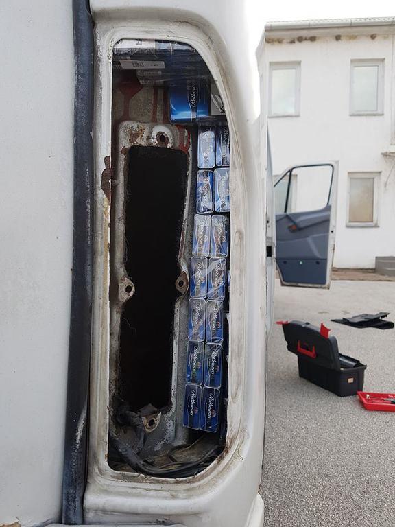 Az autó ajtajainak gyári üregeibe próbálták a dohányárut elrejteni