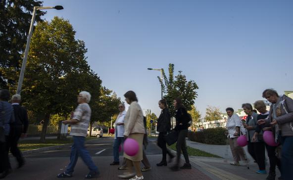 Száznál több rózsaszín szalag a nagyatádi utcákon
