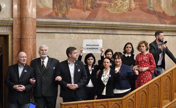Botrány a parlamentben: rabszolgatörvény és közigazgatási bíróságok