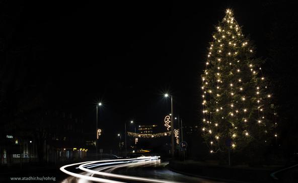 Kigyúltak a fények Nagyatád karácsonyfáján