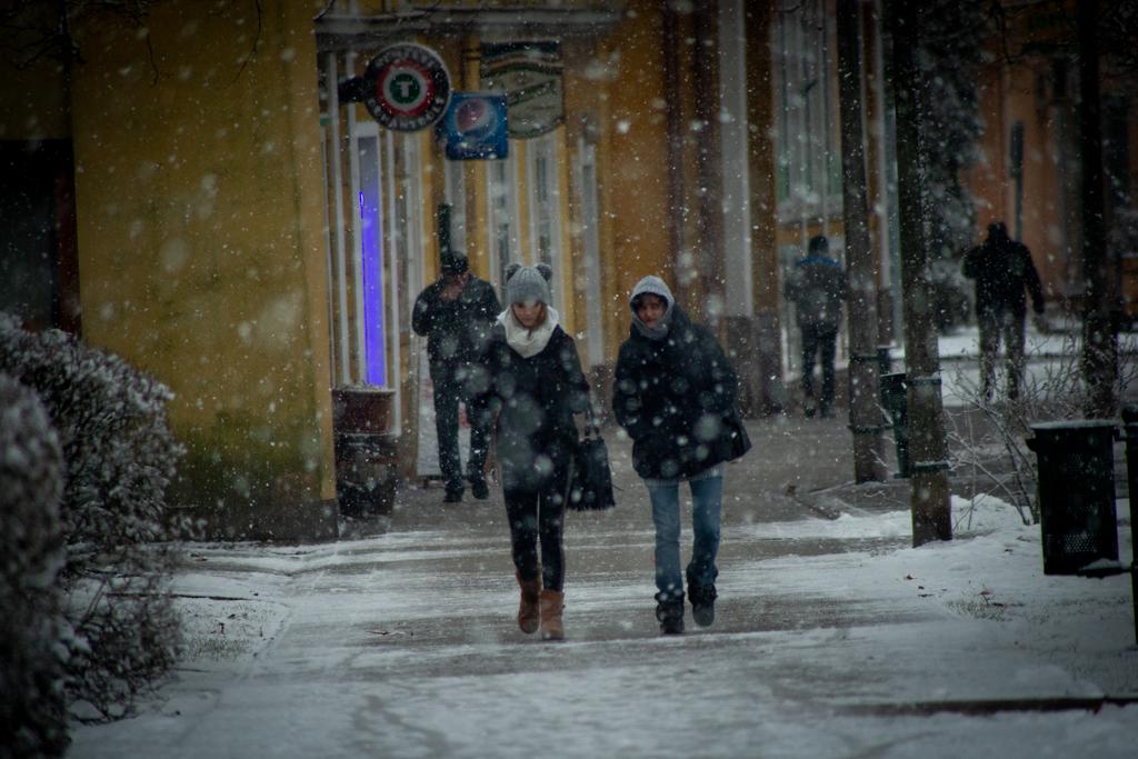 Hatalmas pelyhekben hullott a hó - 20 percig