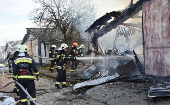 Autókkal teli raktár lángolt