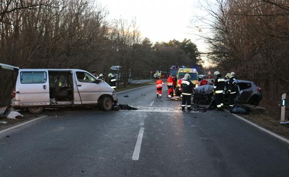 Egy kisbusz és egy személyautó karambolozott, ketten meghaltak