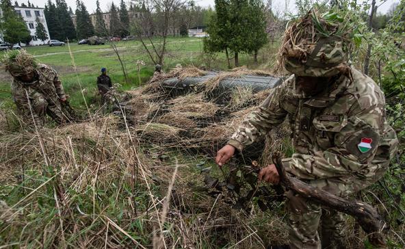 Ezrével állnak katonának a munkanélkülivé vált magyarok