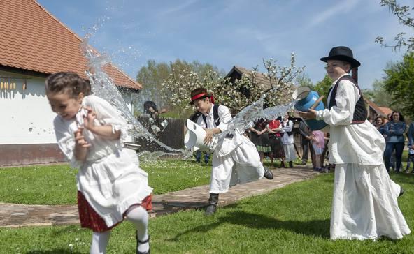 Húsvéti tojásfestés és locsolkodás a Vilma-háznál - videóval!