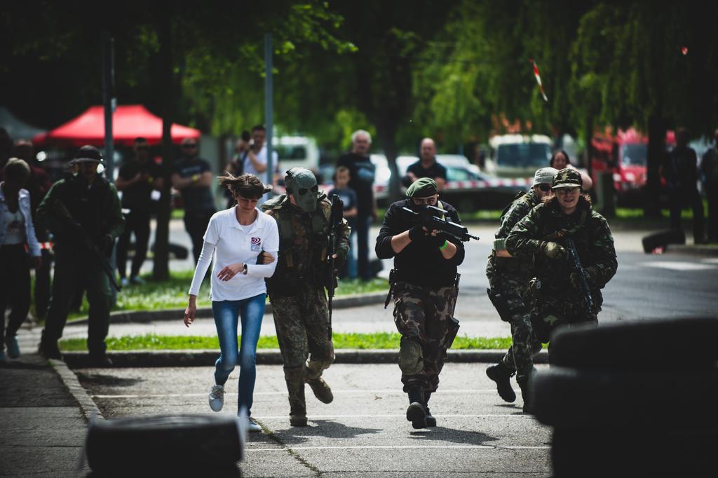 Kimentették a túszt a katonai bemutatón