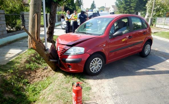 Villanyoszlopnak hajtott egy autó, a kánikulában egyre több a baleset