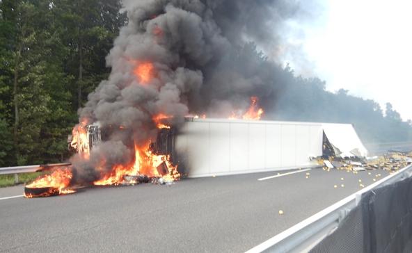 Lángolt a felborult kamion