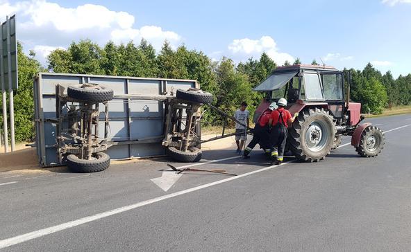Búzával teli pótkocsi borult fel Böhönyénél