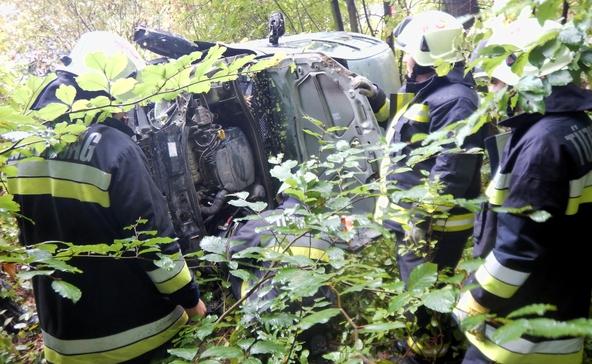 A fák közé csapódott az autó