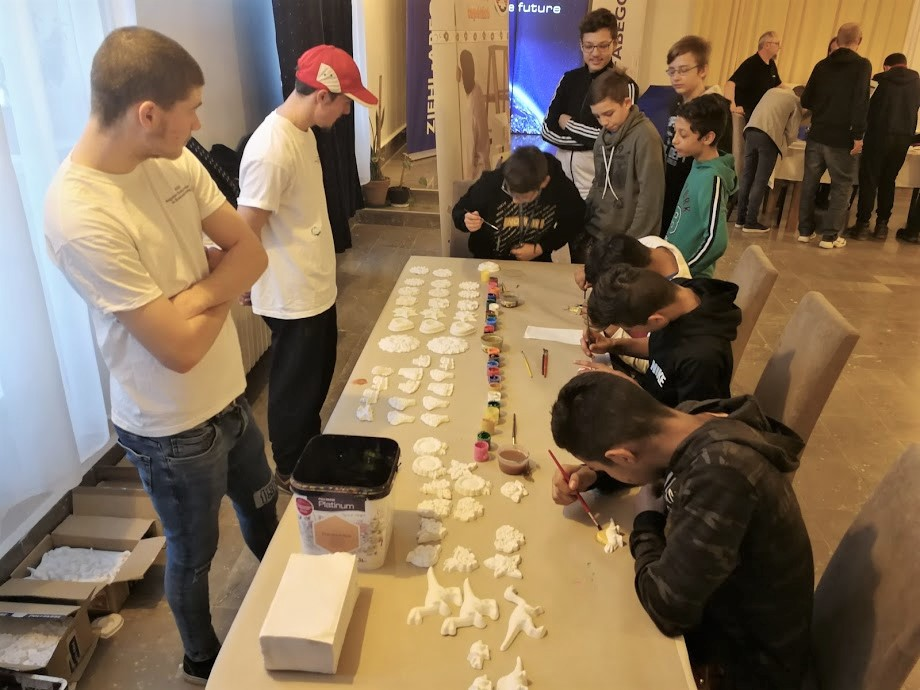 Kreatív foglalkozásokkal várták a festő-mázolók asztalánál a gyerekeket
