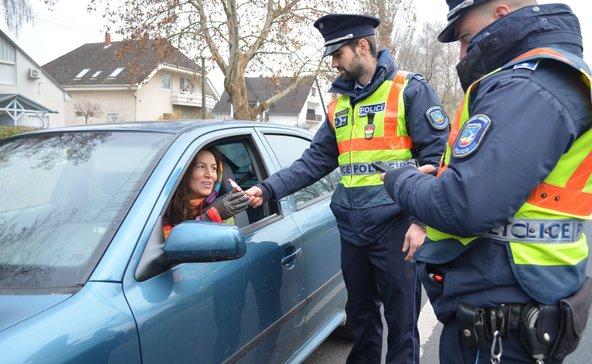 Mikulást adtak a rendőrök a szabálykövető autósoknak