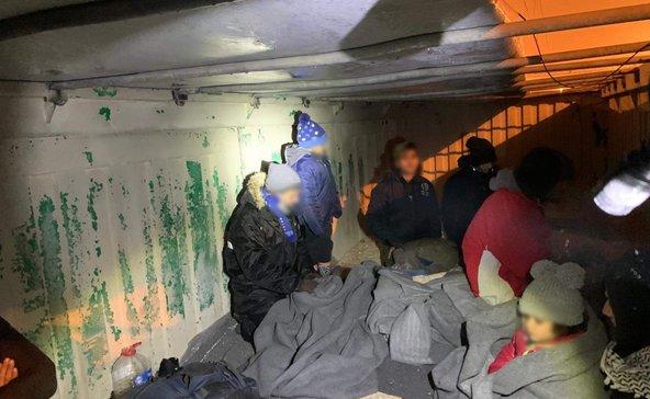 11 migráns bújt meg a vagonban