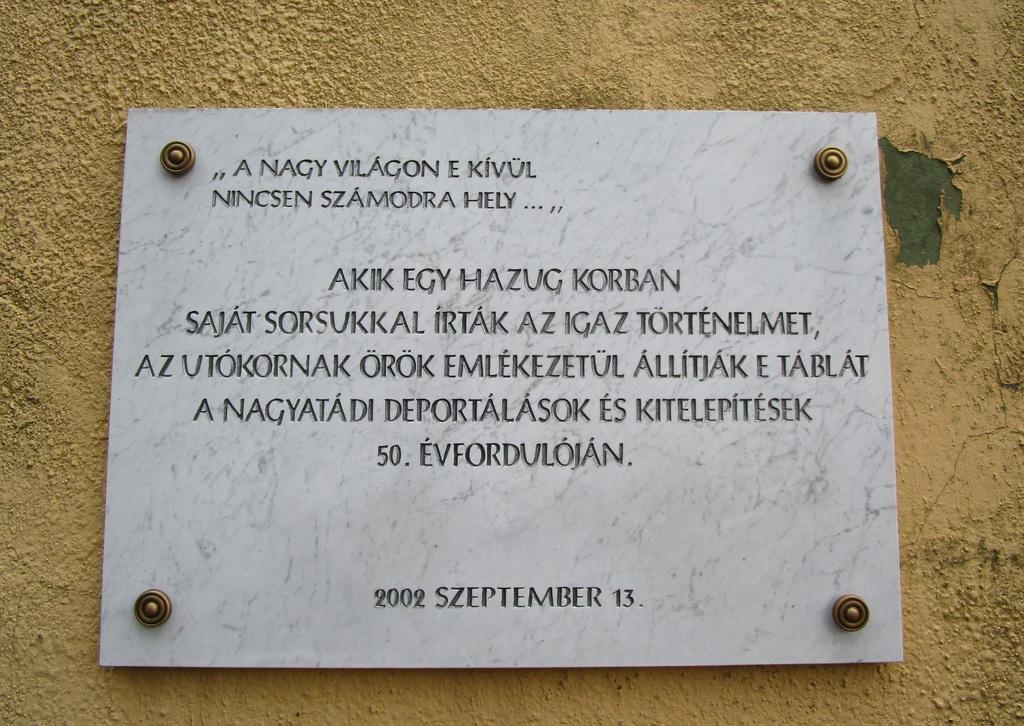 Emléktábla a Nagyatádi Városi Múzeum falán - Az egykori kitelepítettek állították az 50. évfordulón, 2002 szeptemberében, Kiss Imréné kezdeményezésére