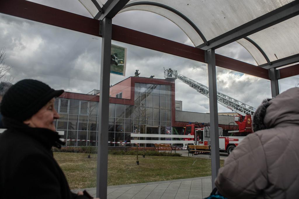 A járókelők is jelezték a kárt a kulturális központnak