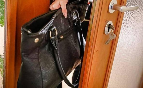 A besurranó nagyi táskát lopott