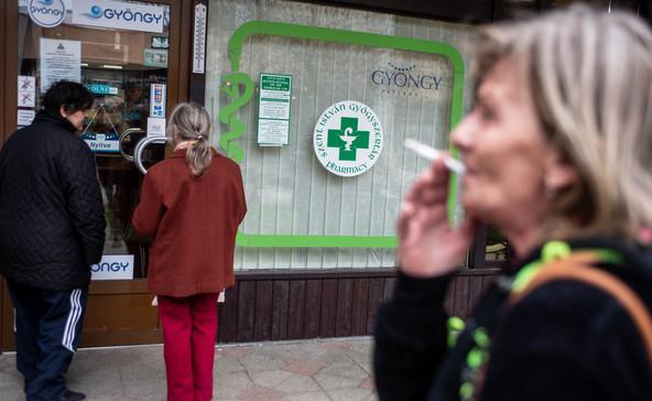 Rendkívüli intézkedések a gyógyszertárakban, szünetel a személyes félfogadás az ügyészségeken