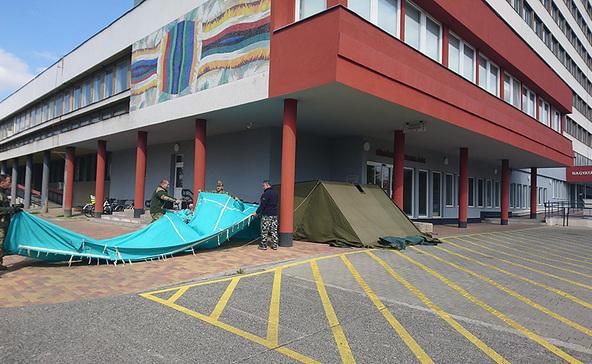 Katonák pótolták a megrongálódott sátrat a Nagyatádi Kórháznál