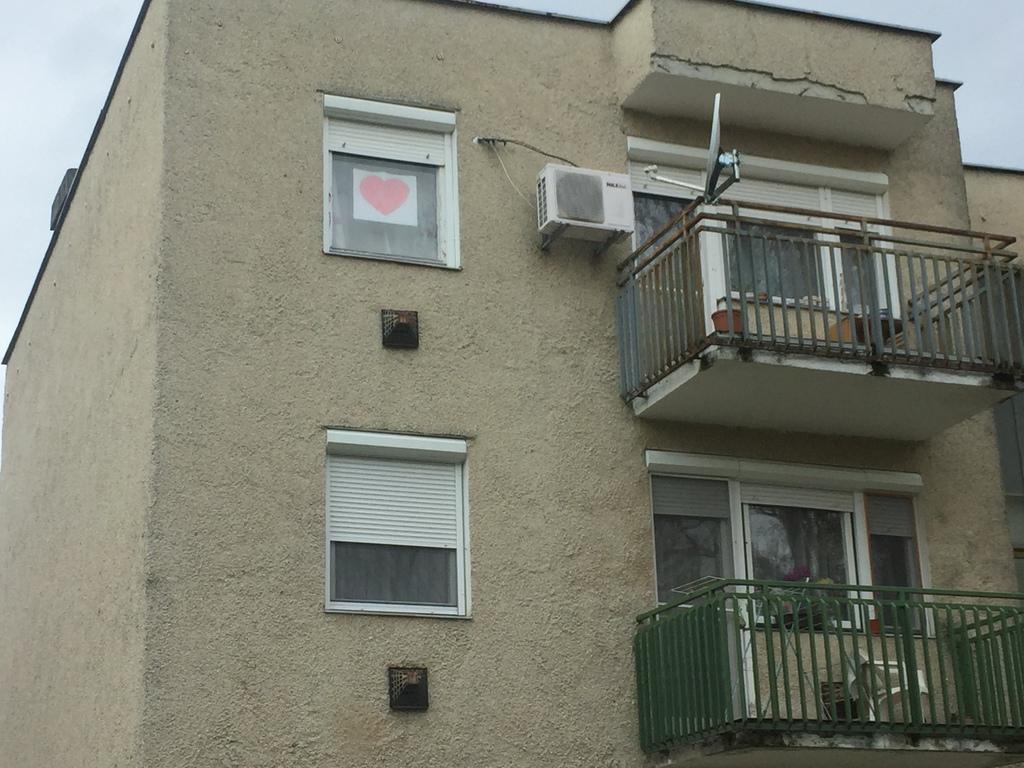 Megjelentek a szívecskék a nagyatádi otthonok ablakaiban is