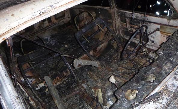 Egy kiégett és egy árokba borult autó, meg egy frontális karambol