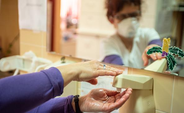 Minden nyolcadik fertőzött egészségügyi dolgozó