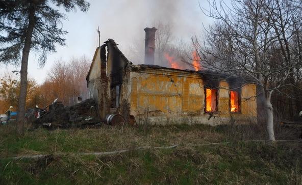 Leégett egy ház, öt órán át oltották a tűzoltók