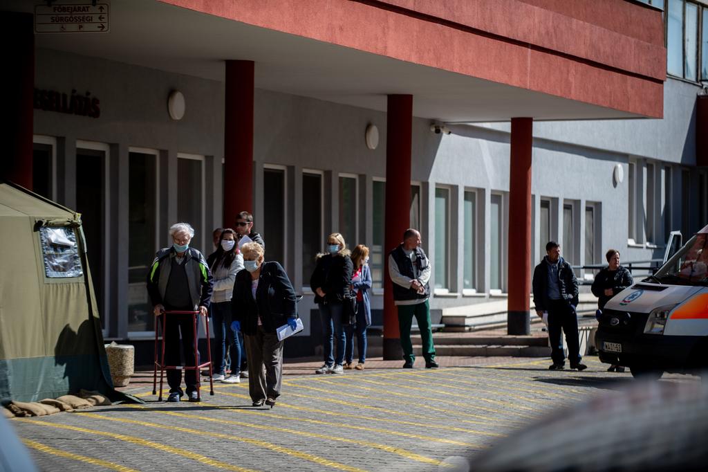 Sorban várakozó betegek a Nagyatádi kórház előtt
