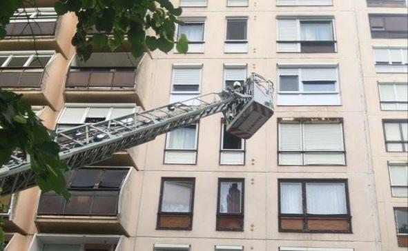 Tűzoltókosárral jutottak be a rosszul lett férfi lakásába