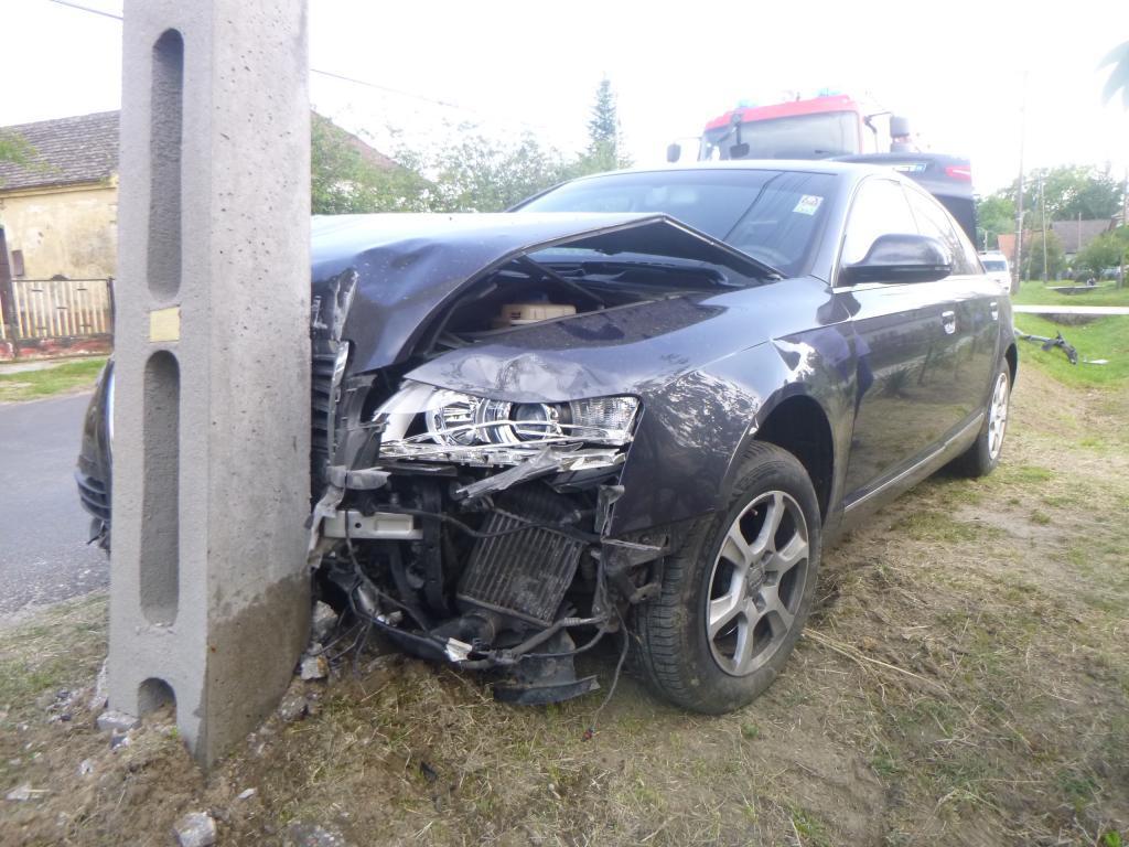 Villanyoszlopnak ütközött az autó