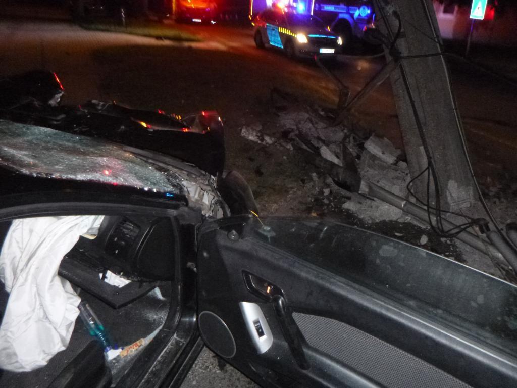 Villanyoszlopnak ütközött az autó Barcson