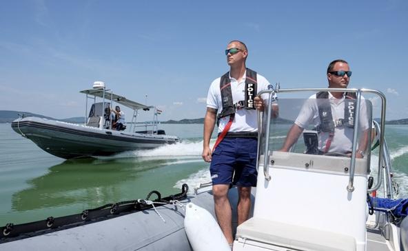 12 embert mentettek ki a Balatonból a vízirendőrök