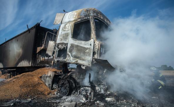 Kigyulladt egy kamion, ég a gabona Lábod határában