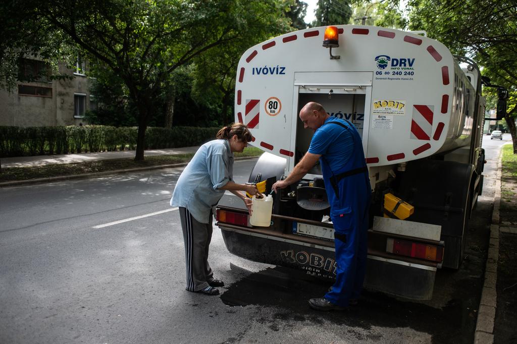 A DRV ivóvizet oszt a Hunyadi utcában