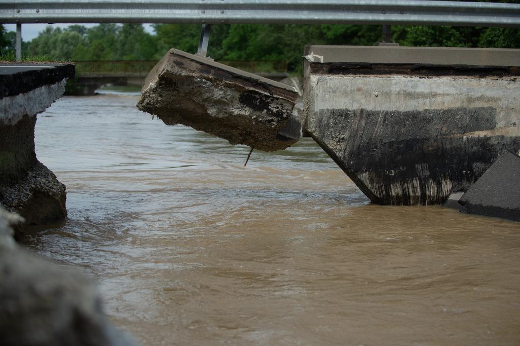 Az áradás ereje leszakított a hidat is az elkerülő úton
