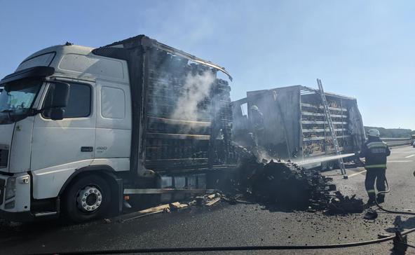 Vadelütés, kiégett kamion és oldalára borult autó