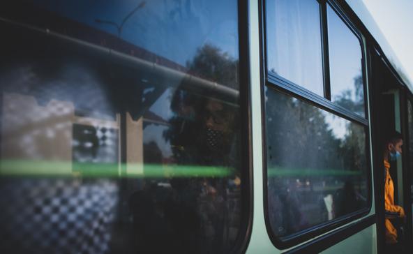 Már nem csak a buszon, de a buszmegállóban is kötelező a maszkviselet