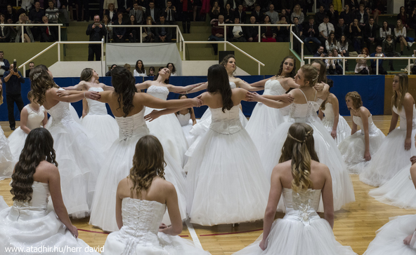 Szalagavató tánc az Adyban