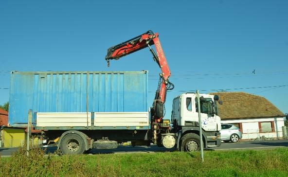 Vasúti vezetéket szakított le a darus teherautó