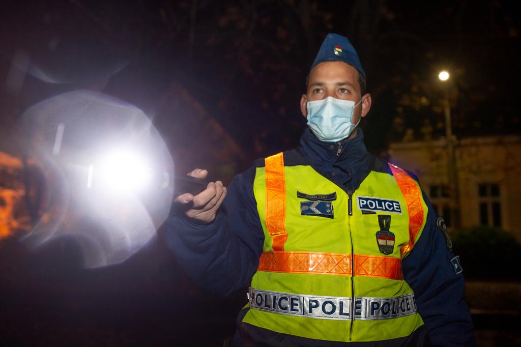 Rendőrségi ellenőrzés a kijárási tilalom első estéjén Nagyatádon. Fotók: Röhrig Dániel