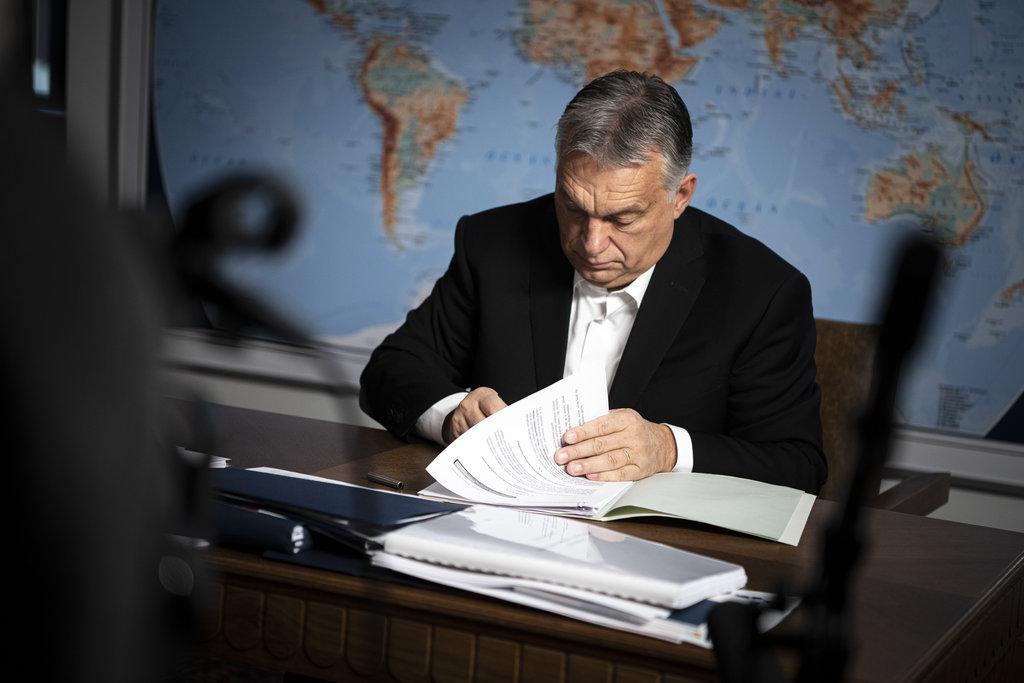 A Miniszterelnöki Sajtóiroda által közreadott képen Orbán Viktor miniszterelnök aláírja a kormányrendeletet a digitális oktatással érintett családokat segítő intézkedésekről a Karmelita kolostorban 2020. november 14-én. MTI/Miniszterelnöki Sajtóiroda