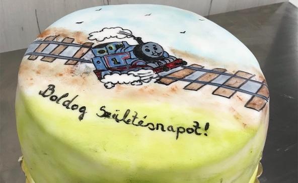 Szülinapi tortákat ajándékoz hátrányos helyzetű gyerekeknek a nagyatádi cukrász