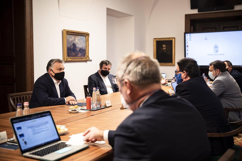A Miniszterelnöki Sajtóiroda által közreadott képen Orbán Viktor miniszterelnök (b) járványügyi szakemberekkel egyeztet