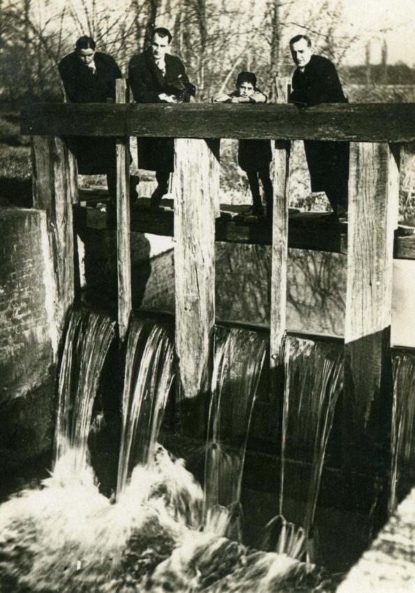 A simongáti malom vizét szabályozó zsilip Halastó-pusztán a 30-as években… (fotó: Knapp Lajos)