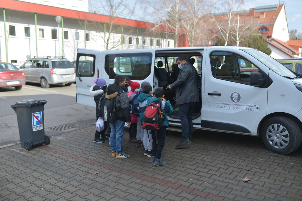 Az ötvöskónyi önkormányzat segített a helyi szülőknek a gyerekek hazaszállításában és saját kisbuszát küldte értük. Fotók: Röhrig Dániel