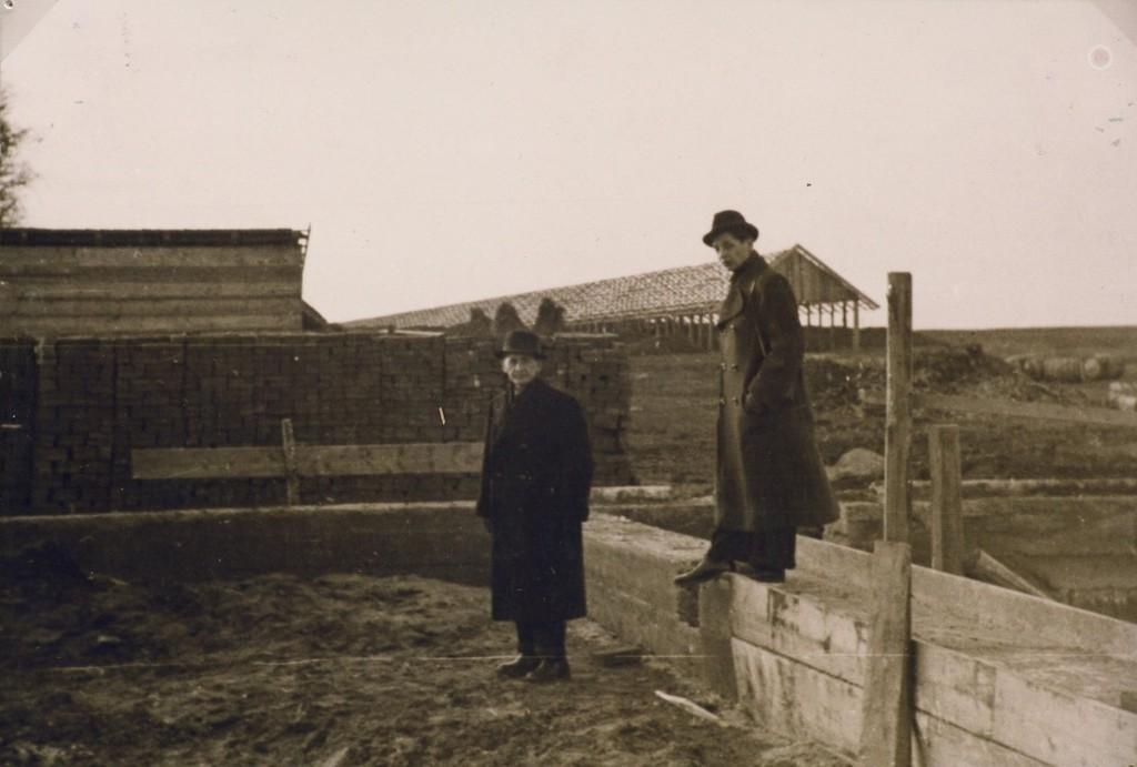 Épül a gyár; Burits Pál és fia, Oktáv, aki konzervipari mérnök lett
