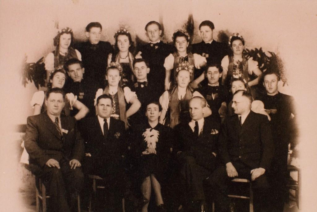 Az első bál az új konzervgyárban 1947. január 19-én; a magyar tánc szereplői. Az első sorban ülnek (balról): Vitályos Béla, Matán István, Naményi Klára, Burits Pál, Almási István
