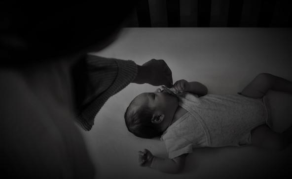 Elrendelték a csecsemőjét bántalmazó nő letartóztatását