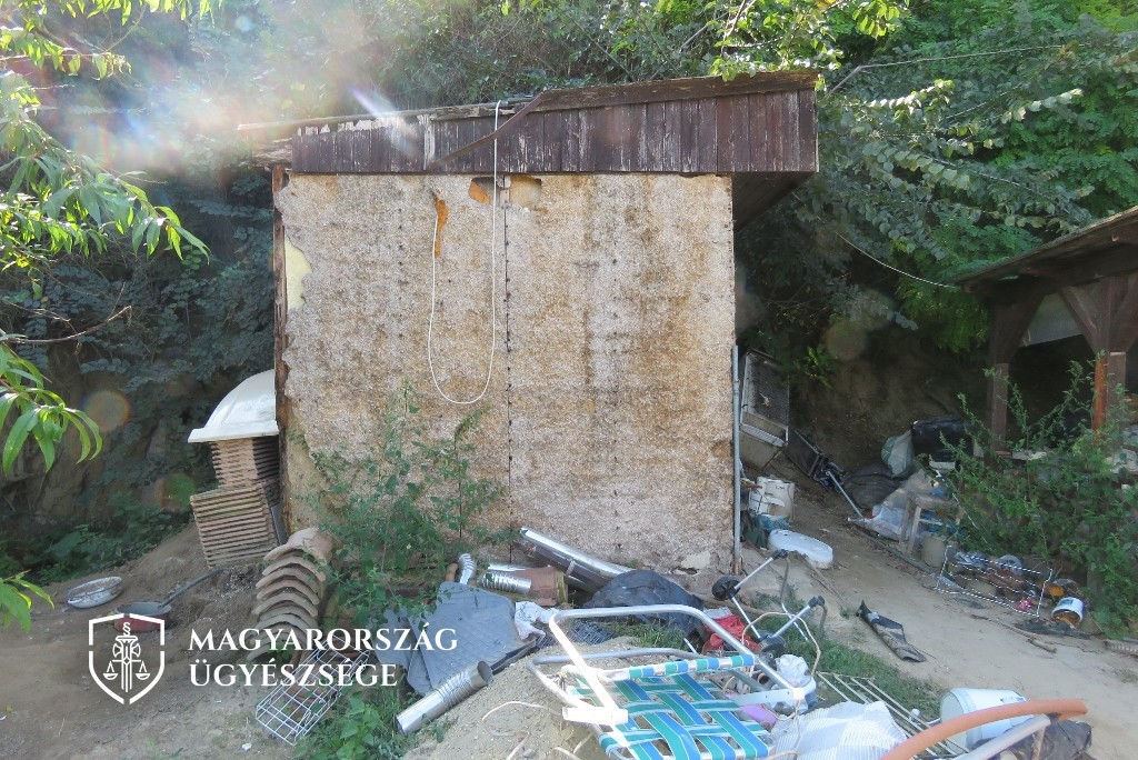 A fényképek a nyomozó hatóság helyszíni szemléjén készültek.