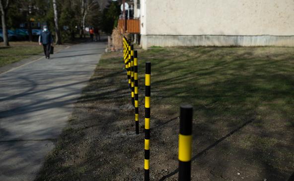 Fémoszlopokkal tartják távol a zöldterületen parkolókat